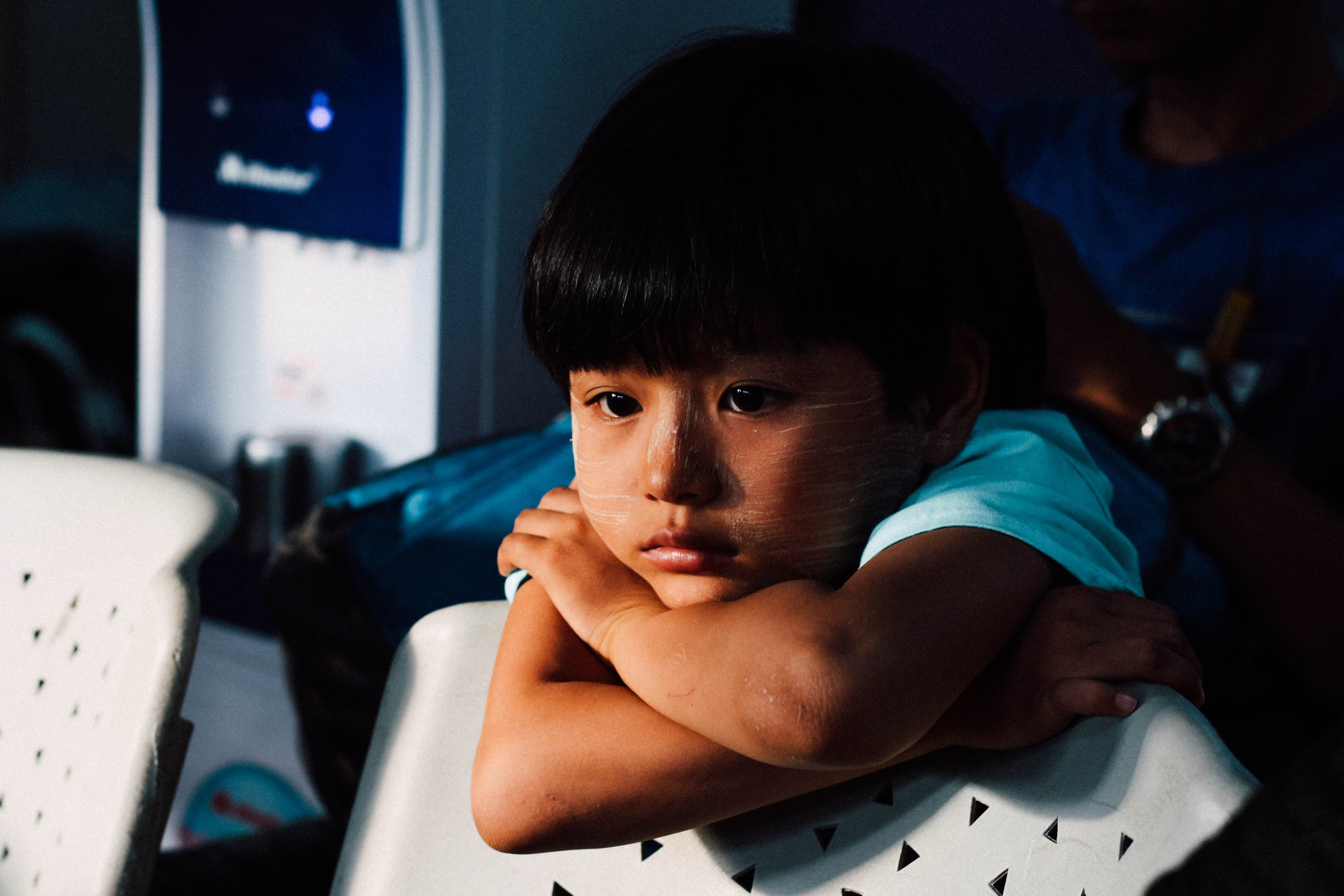 A young child feeling upset and abandoned | Photo by Chinh Le Duc on Unsplash