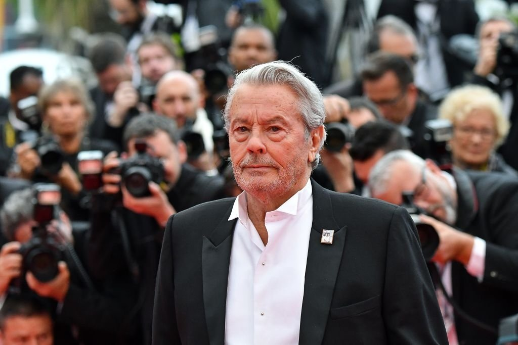 L'acteur français Alain Delon pose alors qu'il arrive pour recevoir une Palme d'Or honorifique lors de la 72e édition du Festival de Cannes, à Cannes, dans le sud de la France, le 19 mai 2019. | Photo : Getty Images