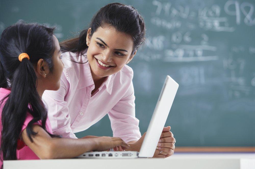 Lehrerin und ihre Schülerin | Quelle: Shutterstock