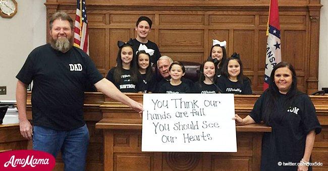Ein Paar adoptiert sieben Geschwister, die 1035 Tage in einer Pflegeunterbringung waren, erst einige Tage vor Weihnachten