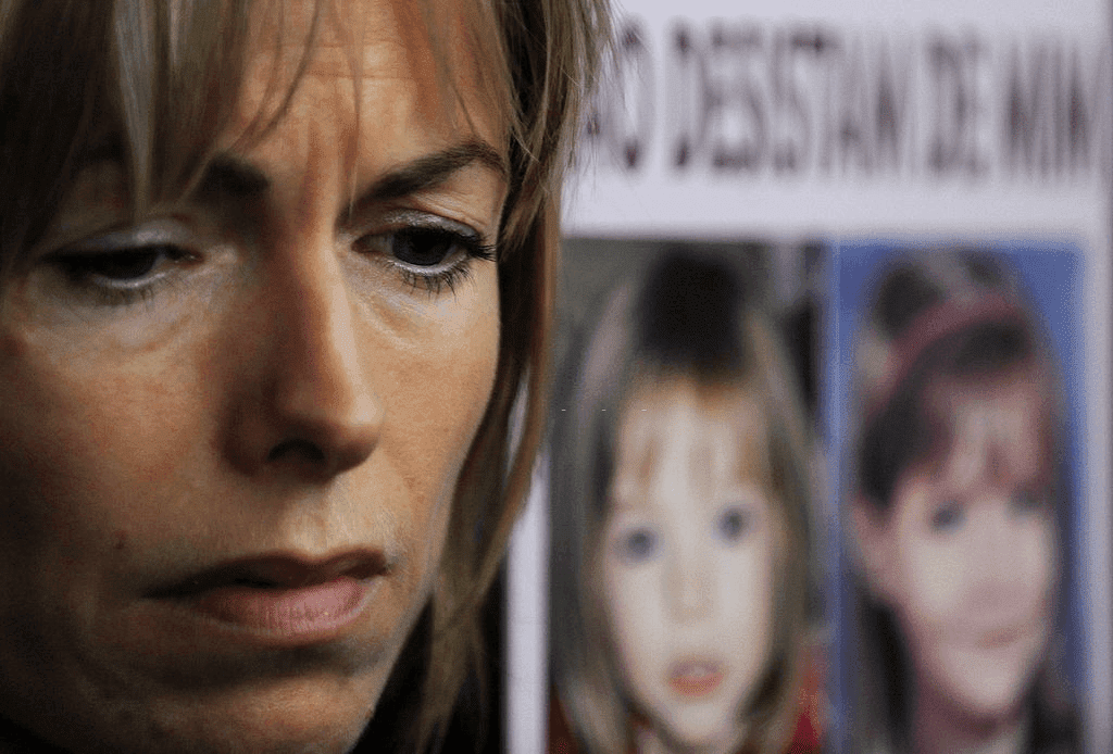 Kate McCann, mère de Maddie, une jeune fille britannique disparue, regarde près d'une pancarte montrant Maddie alors que son mari Gerry McCann et elle s'adressent aux journalistes en sortant du Tribunal Civil de Lisbonne, le 10 février 2010. | Photo : Getty Images