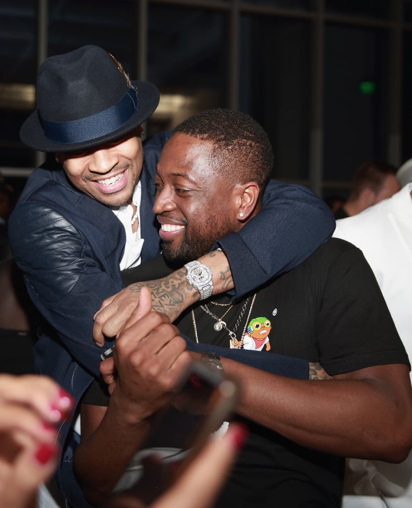Allen Iverson and Dwyane Wade in a playful moment at the Stance Spades Tournament during the 2018 NBA All-Star Weekend. | Photo: Getty Images