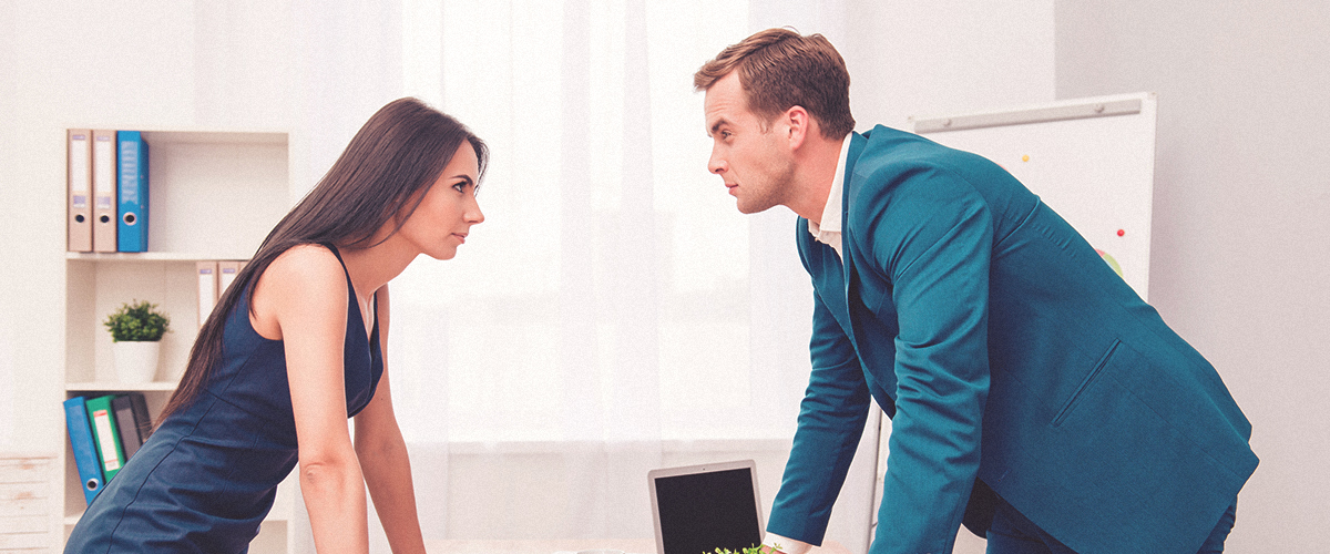 Ein reicher Mann versucht, die Frau zu erniedrigen, weil sie nicht genug verdient