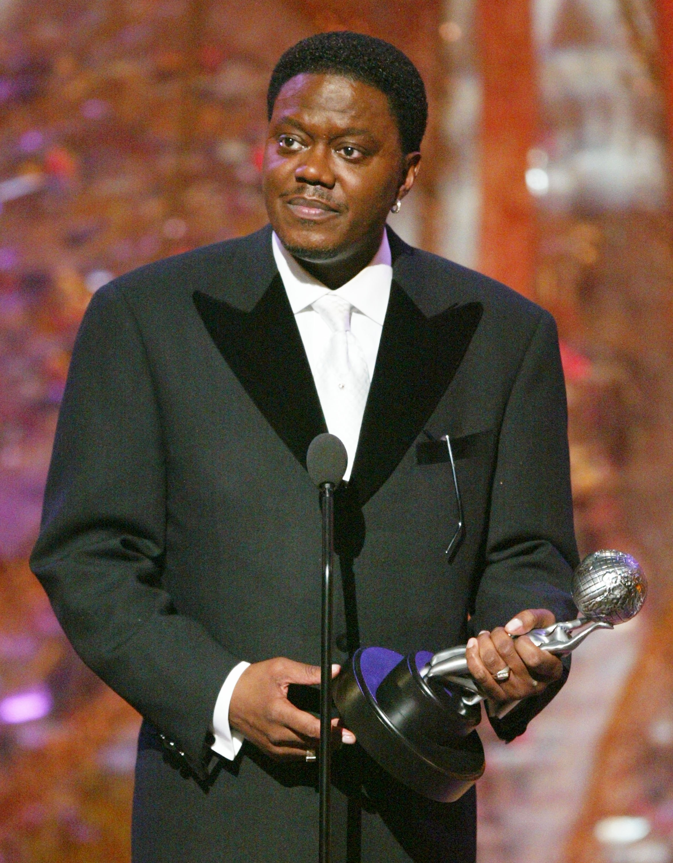 Bernie Mac accepting his award for Best Actor in a Comedy Series on stage at the 35th Annual NAACP Image Awards. | Photo: GettyImages