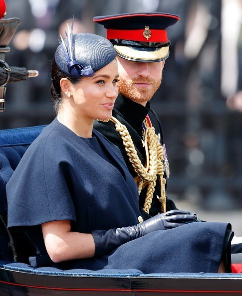 Meghan et le prince Harry descendent le centre commercial en calèche pendant Trooping The Colour, le défilé annuel de l'anniversaire de la Reine | Photo : Getty Images