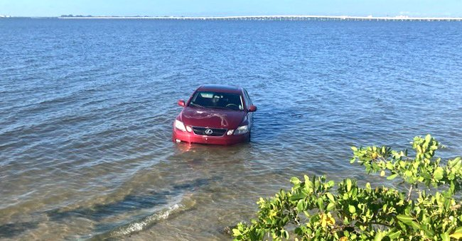 A car submerged in water. | Source: twitter.com/myclearwaterPD
