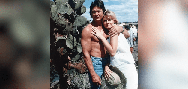 Charles Bronson and Jill Ireland posing next to each other   Photo: YouTube/Facts Verse