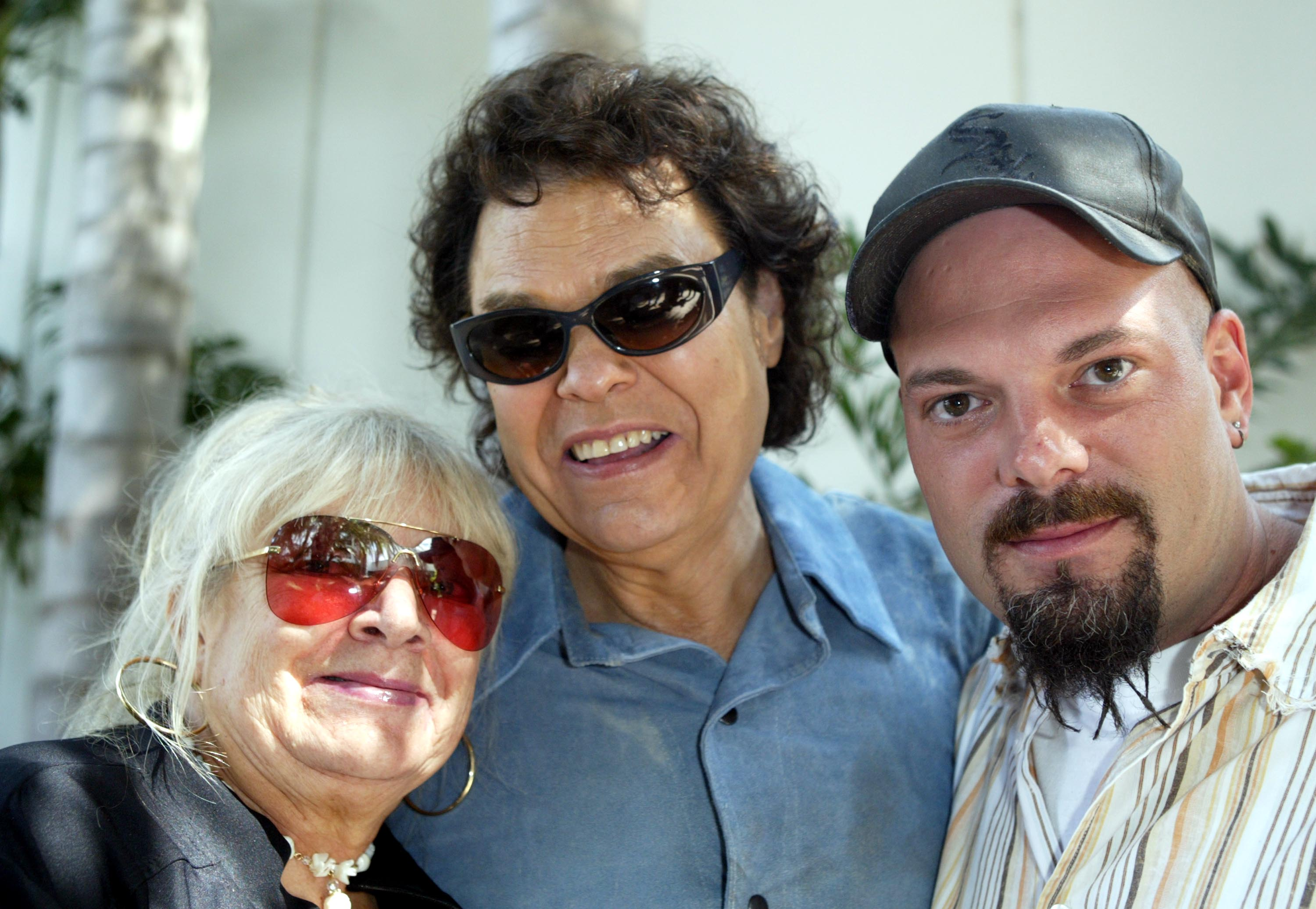 Ronnie Milsap with his wife, Joyce, and son, Todd, at the rehearsals for the Ray Charles tribute evenin | Photo: Getty Images
