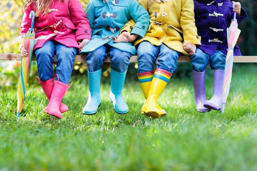 Groupe d'enfants en bottes de pluie. | Photo: Shutterstock