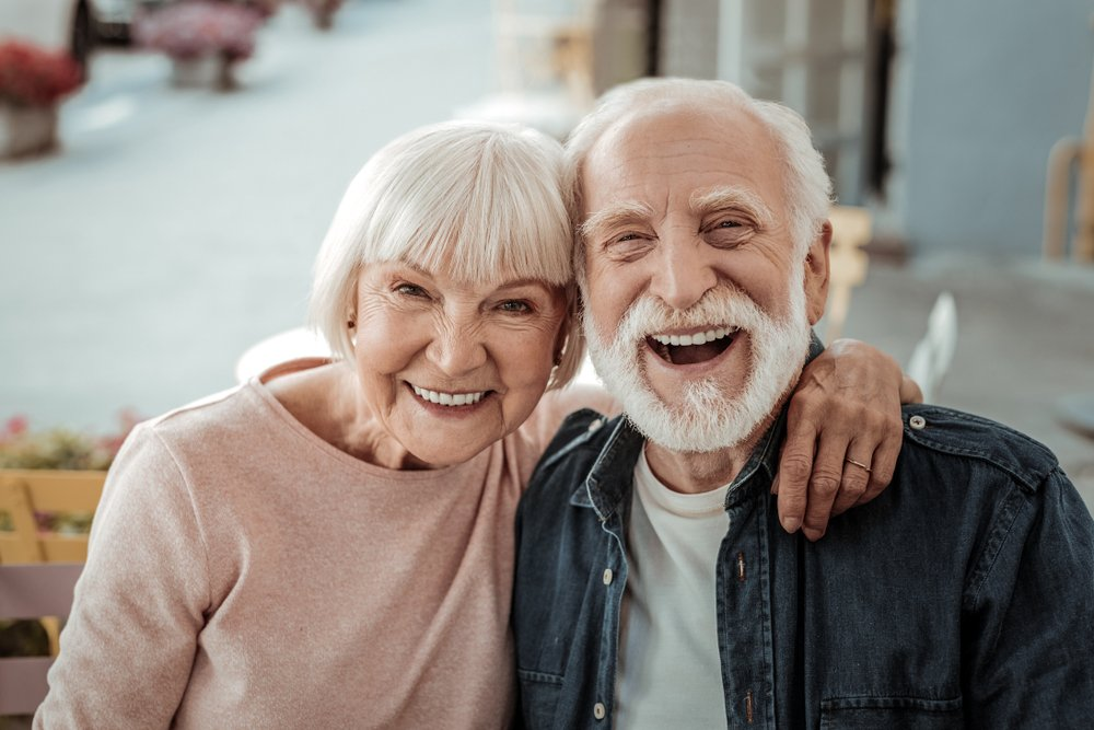 A nice elderly couple smiling. | Photo: Shutterstock