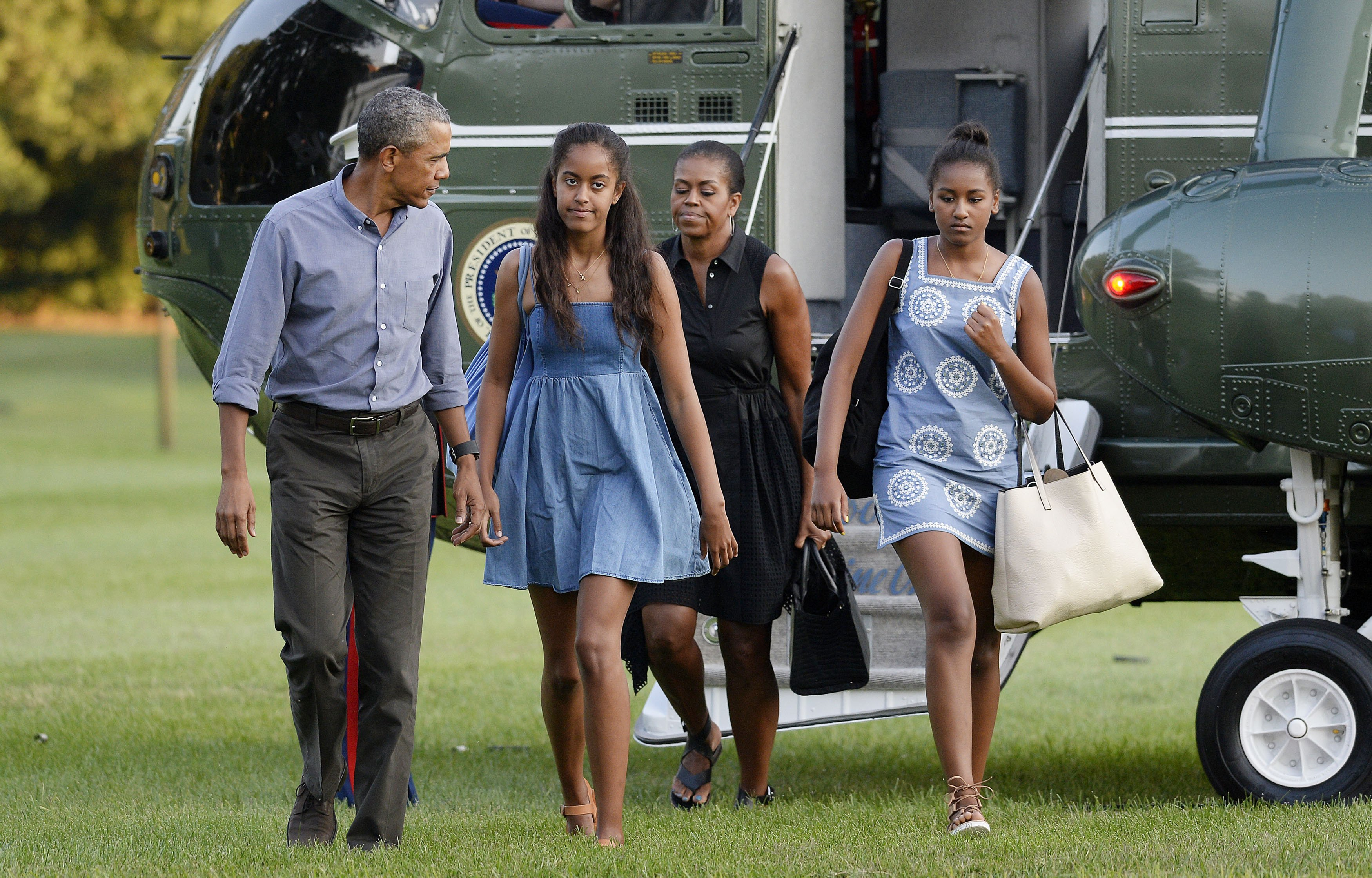 Barack and Michelle Obama, and daughters Sasha and Malia, arrive at the White House August 23, 2015 in Washington, D.C. | Photo: GettyImages