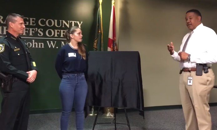 Samantha Rodriguez recevant la voiture qui lui a été donnée par la communauté de Floride | Photo : Facebook/ Orange County Sheriff's Office, Floride