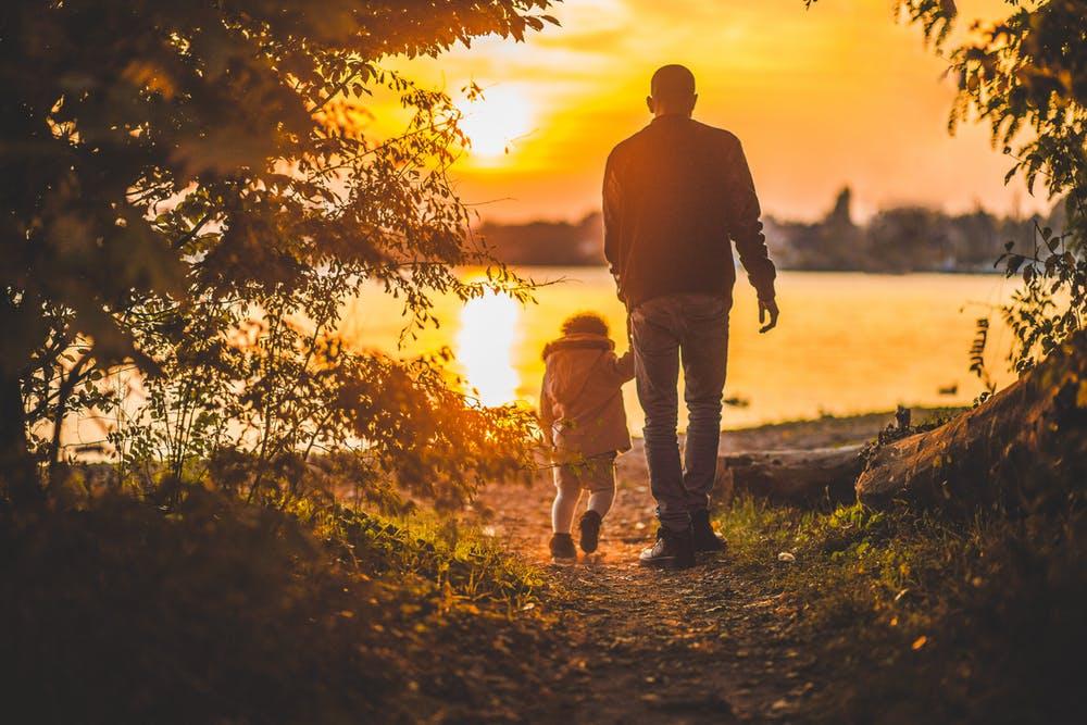 Un père se promenant avec son fils. l Source: Pexels