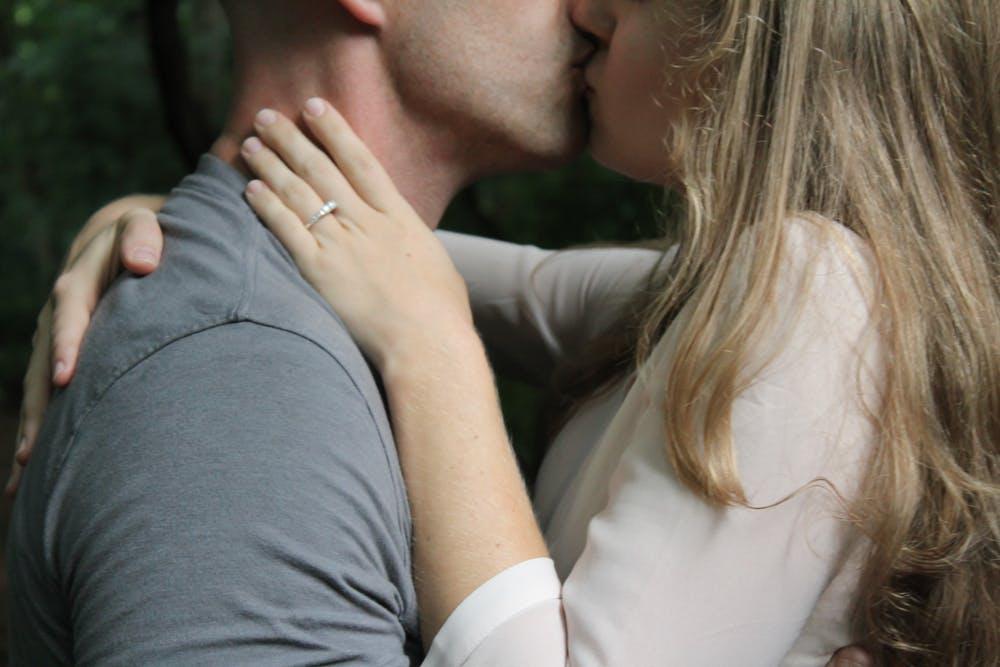 Un omme et une femme s'embrassent. | Photo: Pexels