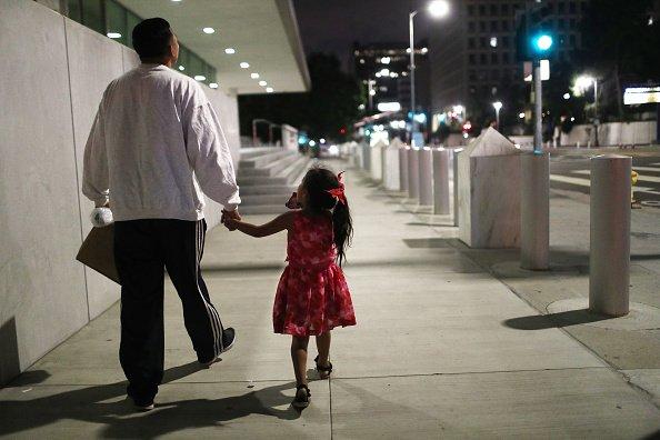 Padre e hija caminando │Imagen tomada de: Getty Images