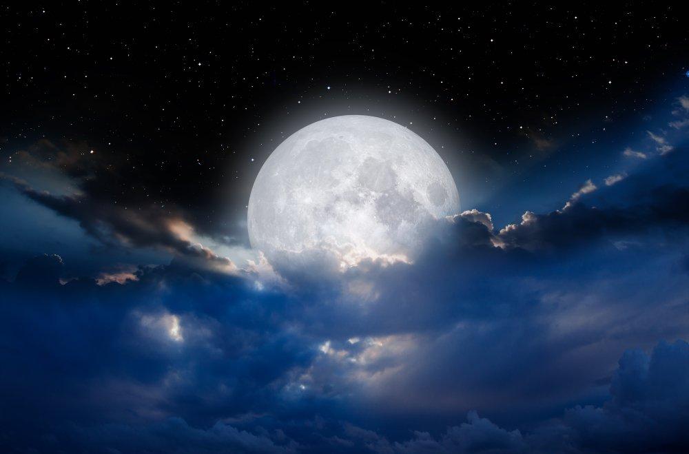Cielo nocturno con luna en las nubes. | Fuente: Shutterstock