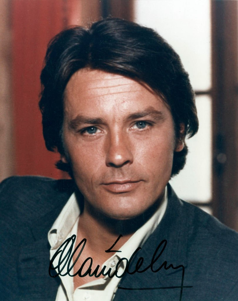 Alain Delon, acteur français, photo avec autographe c. 1977. | Photo : Getty Images