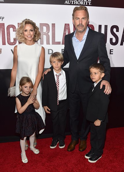 Kevin Costner, Christine Baumgartner und ihre Kinder, Hollywood, 2015 | Quelle: Getty Images