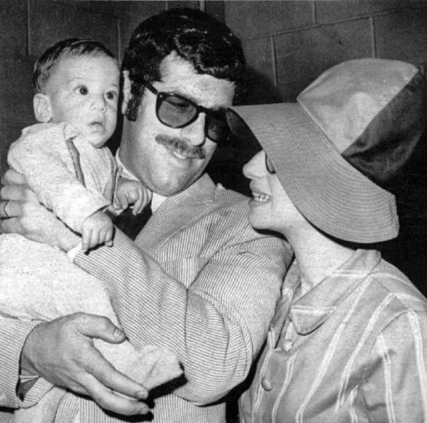 Press photo of Elliot Gould and Barbra Streisand with their baby, Jason. | Source: Wikimedia Commons