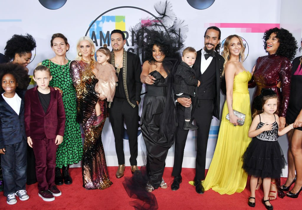 Diana Ross surrounded by her children and grandchildren at the 2017 American Music Awards on November 19, 2017 | Photo: Getty Images