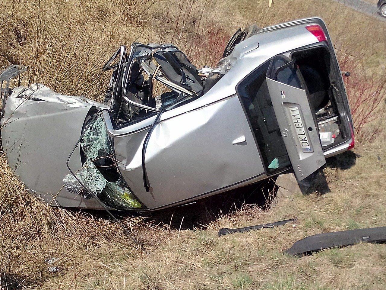 Une voiture totalement détruite suite à un accident. | Photo : Pixabay