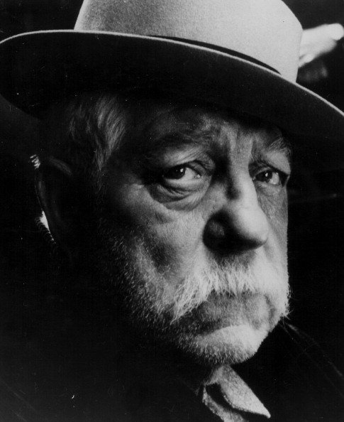 Jean Gabin portant un chapeau, tel qu'il apparaît dans le film'L'affaire Dominici', 1973. Photo : Getty Images
