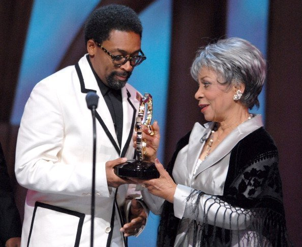 Ruby Dee presenting the Ossie Davis Humanitarian award to Spike Lee | Photo: Getty Images