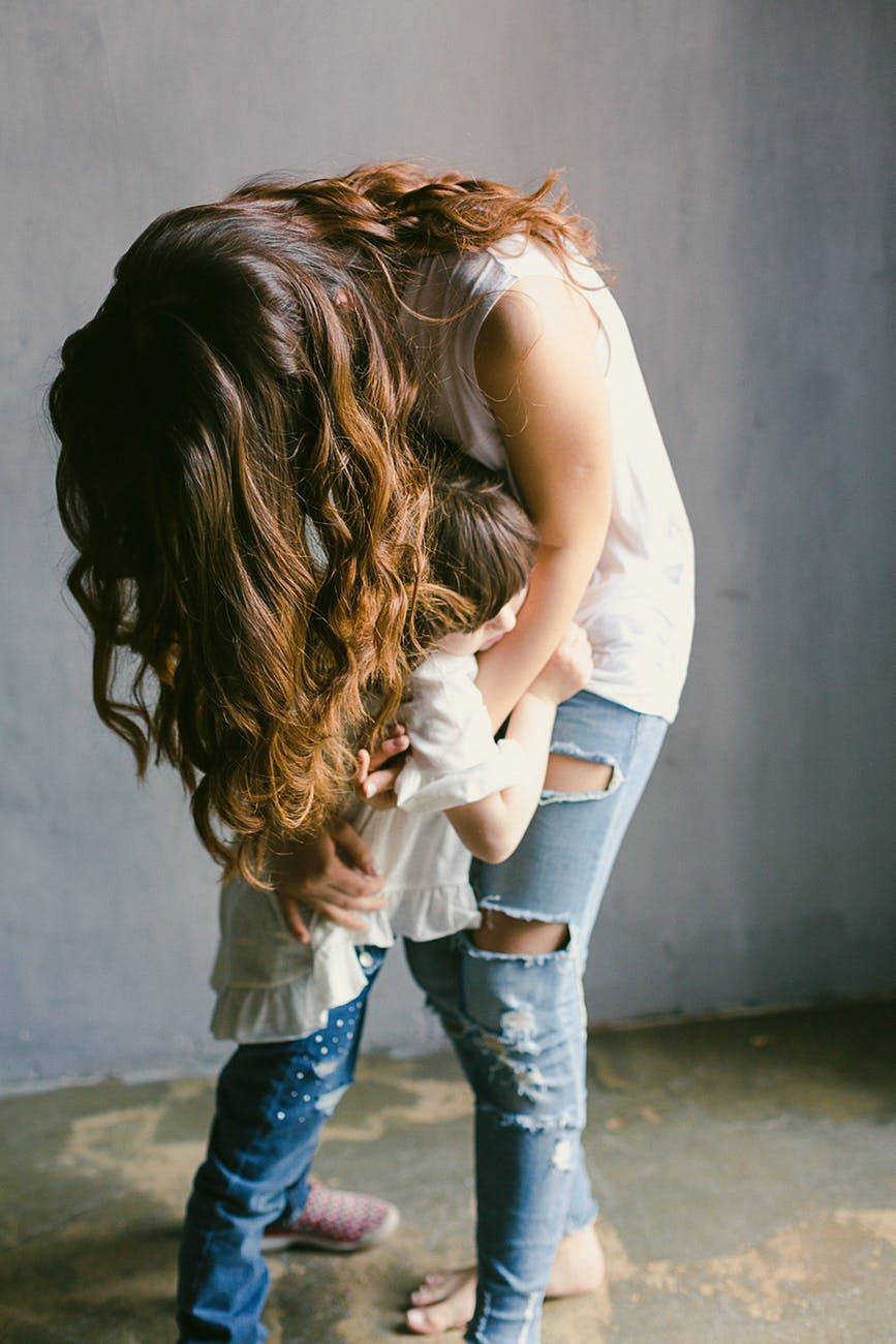 Madre abrazando a su hija. | Imagen: Pexels