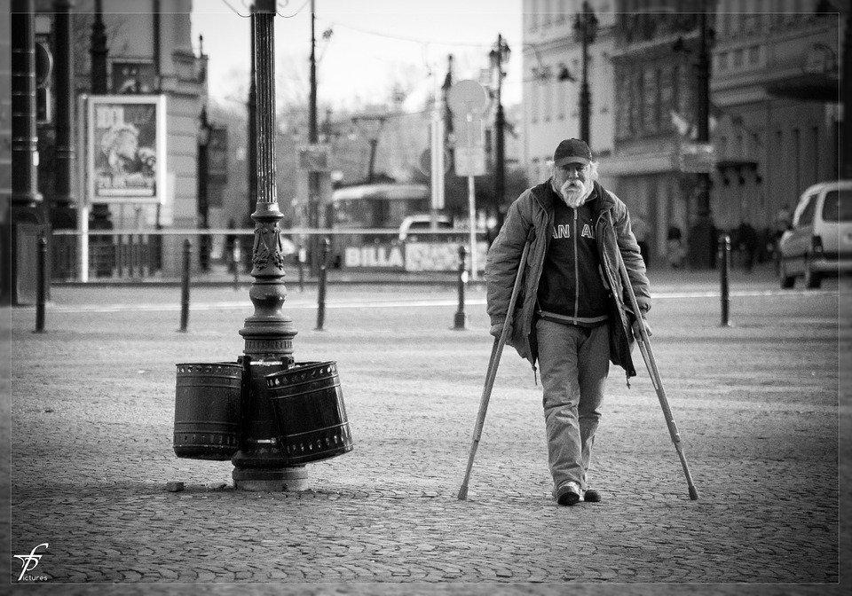 Un vieil homme sur la route. | Photo : Pixabay