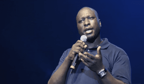 Mouss Diouf donne une conférence0. | Photo : Youtube / Europe 1