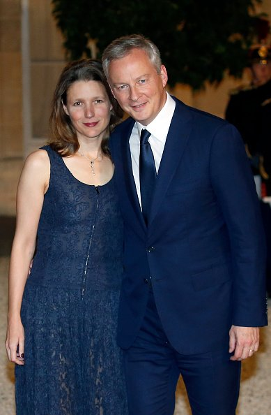 Bruno Le Maire et son épouse Pauline Doussau au Palais présidentiel de l'Élysée le 15 octobre 2018 à Paris, France. | Photo : Getty Images