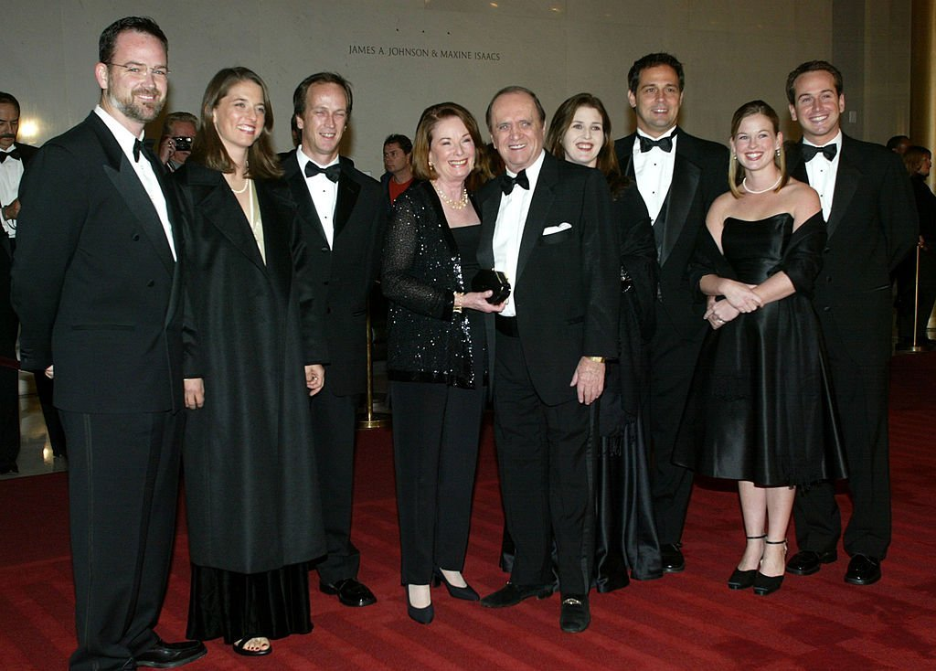 Bob Newhart with his wife Ginny and family at the 5th Annual Kennedy Center Mark Twain Prize on October 29, 2002 | Photo: GettyImages