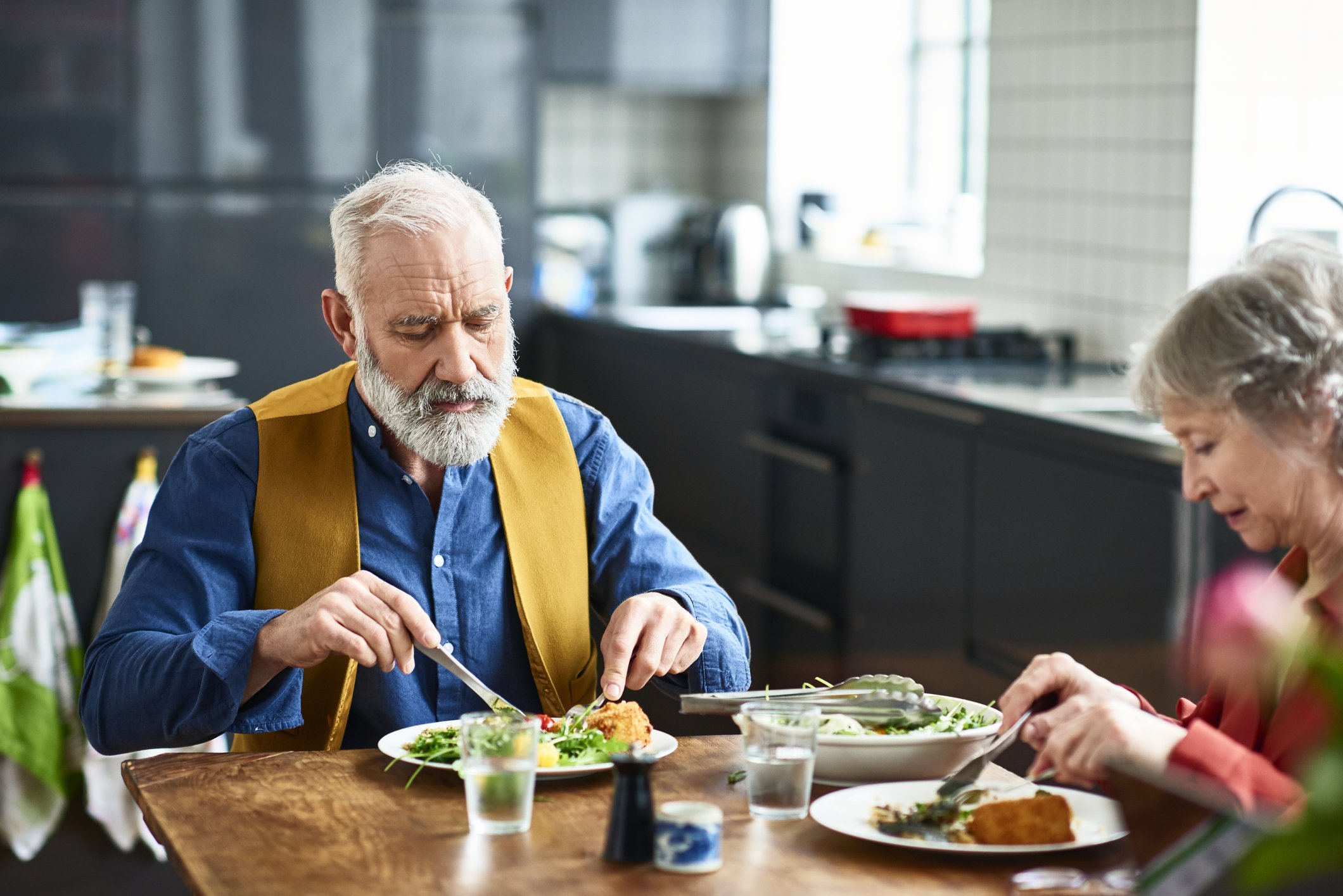 Photo of couple eating healthy salad for lunch | Photo: Getty Images