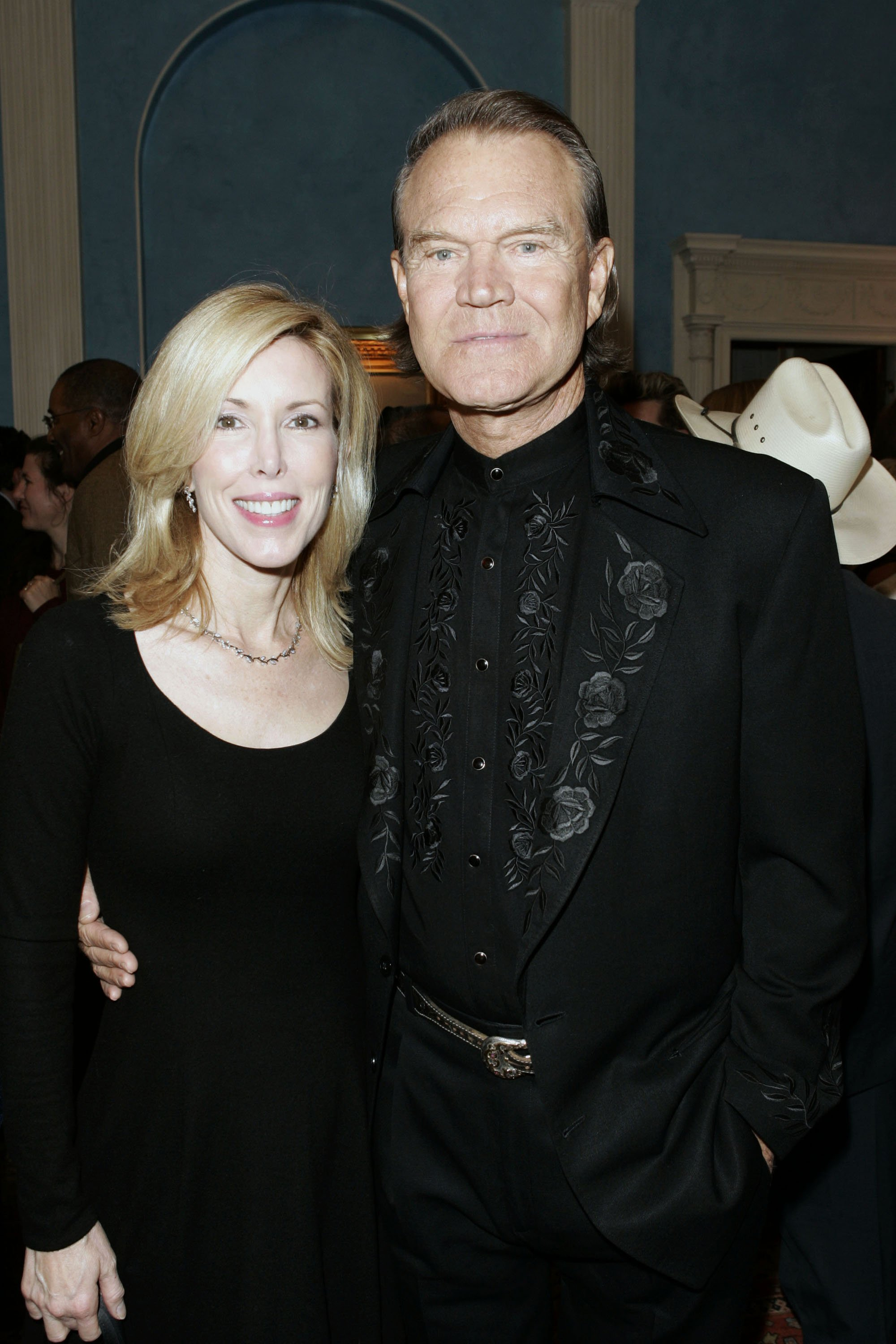 Glenn Campbell and wife Kim Campbell at the 39th CMA Awards on November 14, 2005 | Photo: GettyImages