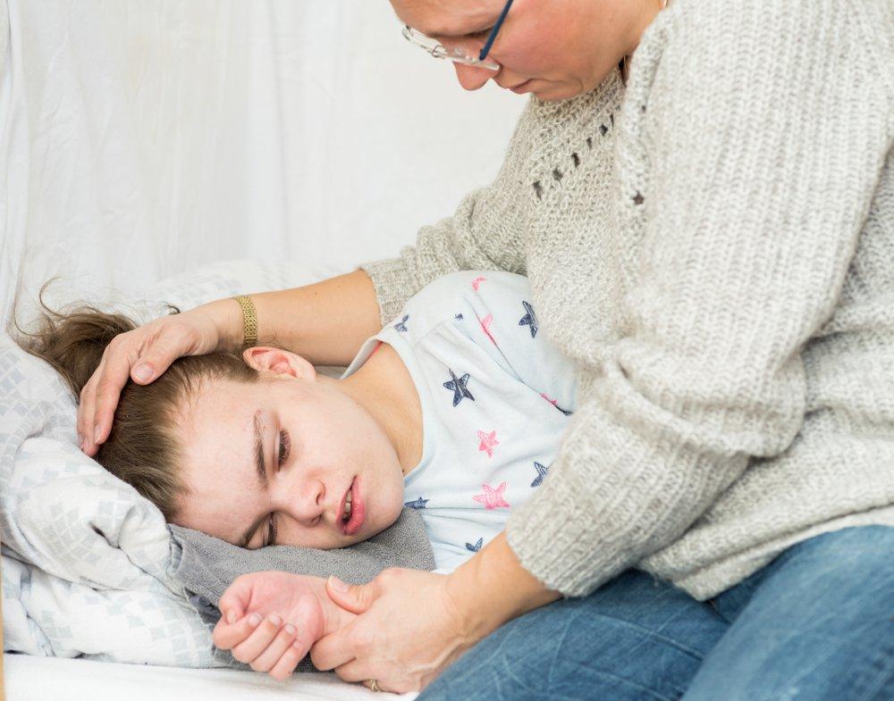 Una niña con epilepsia durante una convulsión. Fuente: Shutterstock