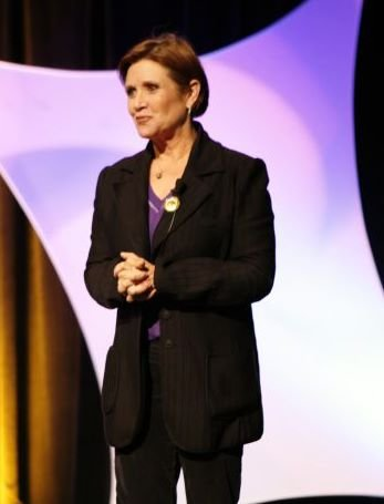 Carrie Fisher speaking before an audience. | Source: Wikimedia Commons