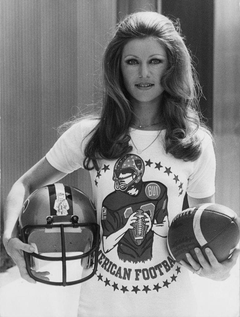 Sheila, vêtue pour un tournoi de football américain à Paris en 1976. l Source : Getty Images