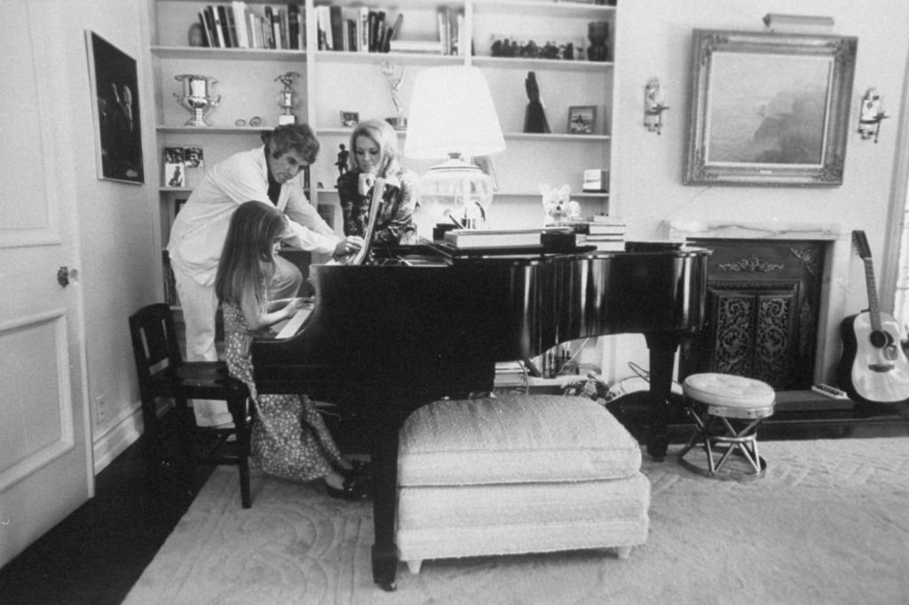 Composer Burt Bacharach Jr. (L) and his actress wife Angie Dickinson watching their daughter play the piano.   Source: Getty Images