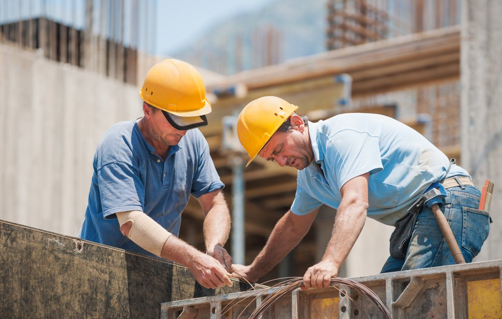 Two construction worker on the site of a project. | Photo: Shutterstock
