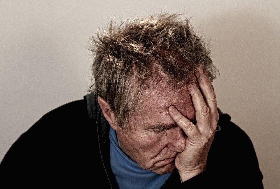 Un homme qui mal à la tête | Photo : Pixabay