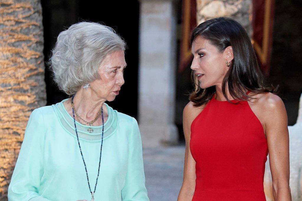 La Reina Letizia de España (I) y la Reina Sofía (D) en el Palacio de la Almudaina el 7 de agosto de 2019 en Palma de Mallorca, España.   Imagen: Getty Images