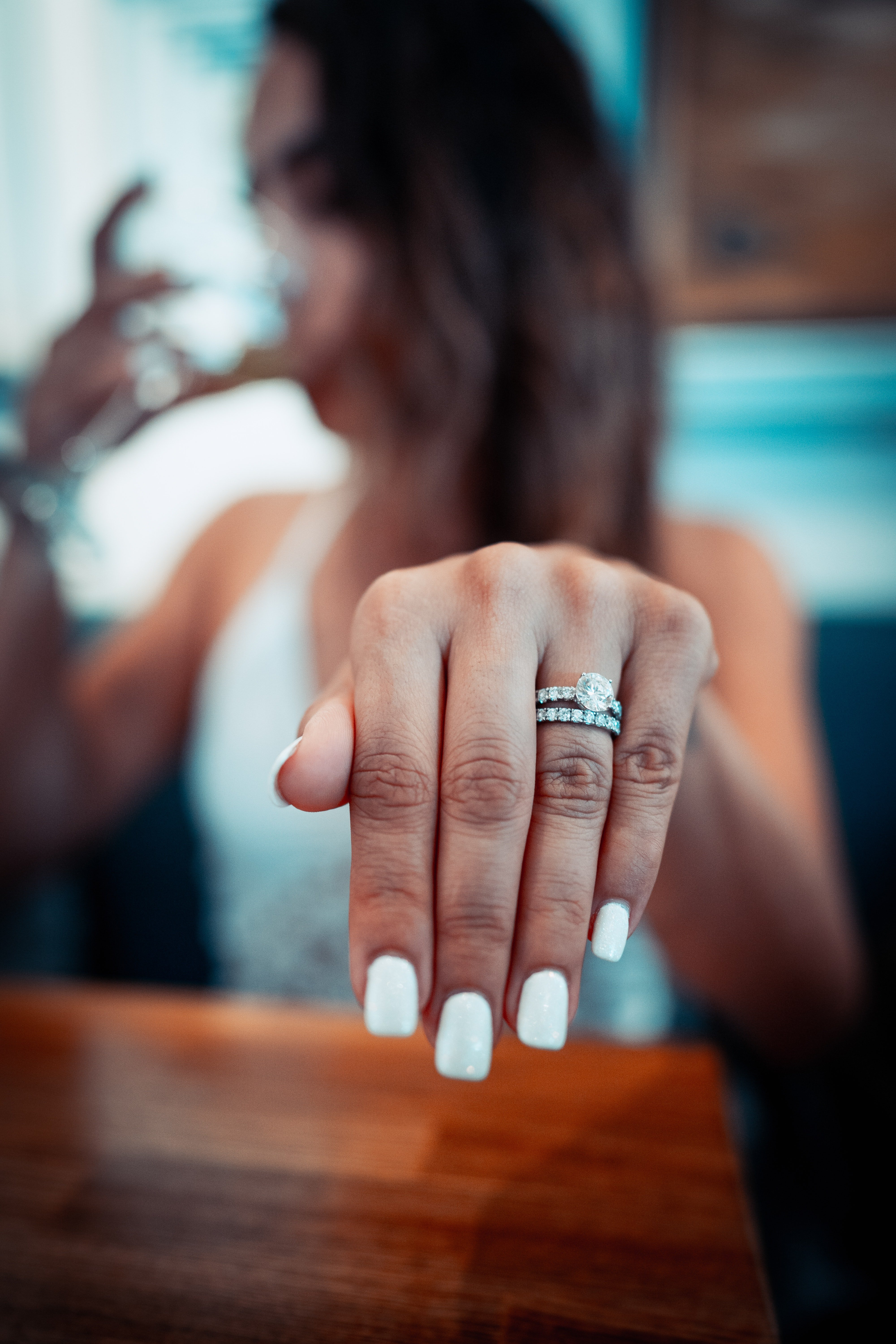 Olivia proudly showed her engagement ring to Lucas | Photo: Pexels