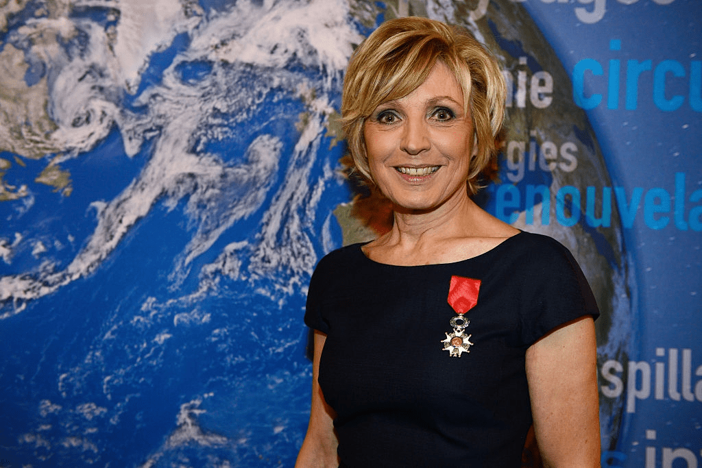 PARIS, FRANCE - 24 JANVIER : Évelyne Dhéliat reçoit la Légion d'honneur française par Ségolène Royal au ministère français de l'écologie le 24 janvier 2017 à Paris, France. | Photo : Getty Images