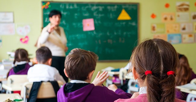 The teacher was delivering a lecture on identifying con artists. | Photo: Shutterstock