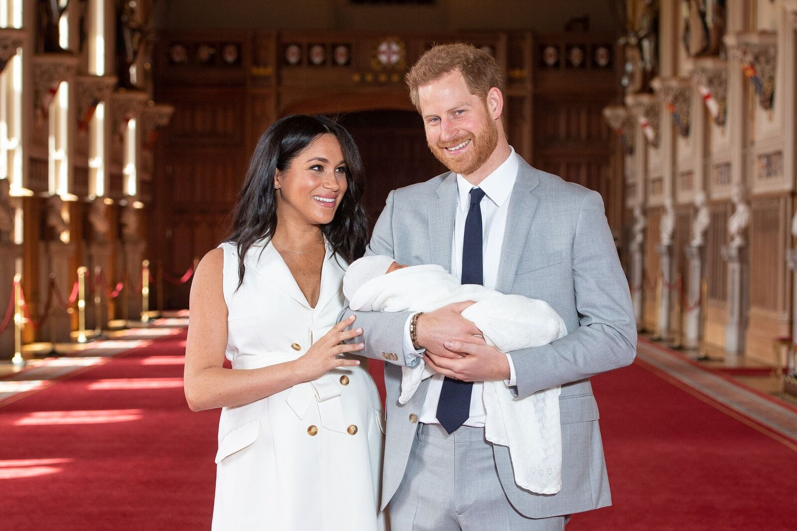 Prince Harry et femme avec son enfant sur le tapis rouge. | Photo : GettyImage