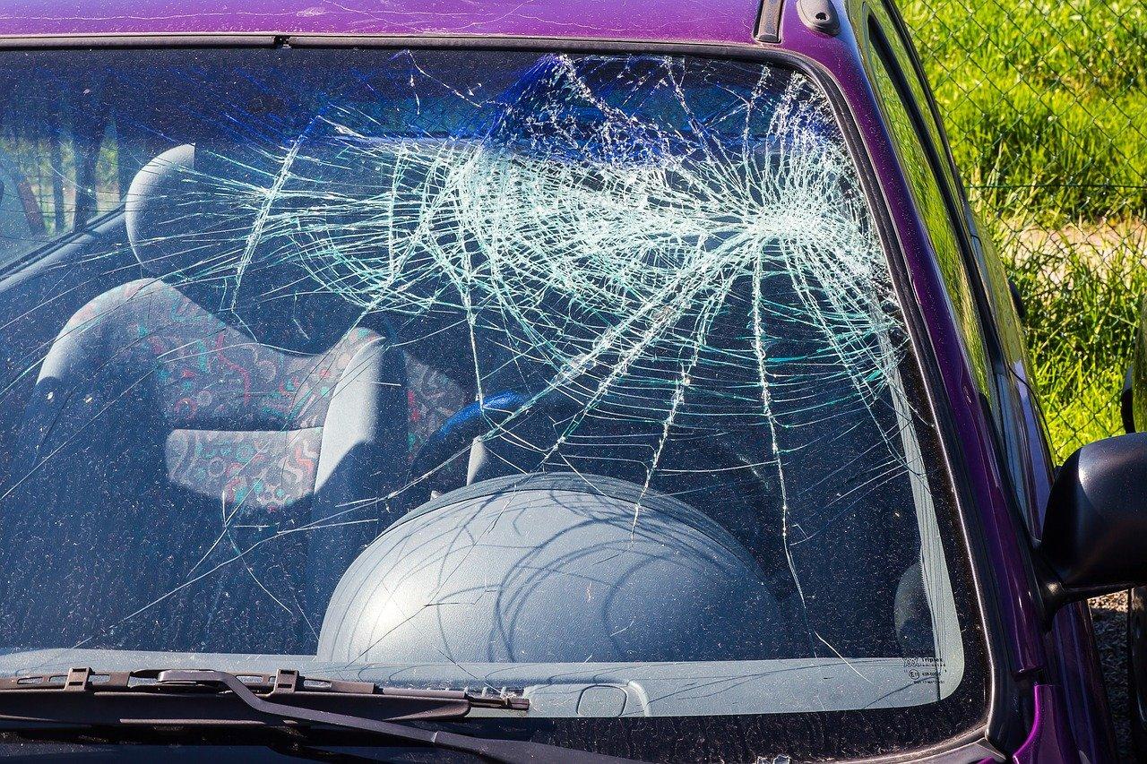 Pare-brise d'une voiture accidentée. | Photo : Pixabay