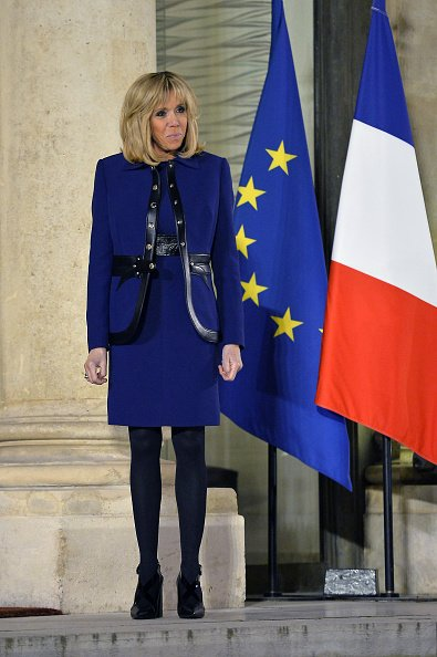 Brigitte Macron habillée d'une ensemble bleu marine | Photo : Getty Images