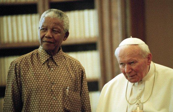 Nelson Mandela se encuentra con el Papa Juan Pablo II durante una audiencia privada en la biblioteca privada del Pontífice dentro del Palacio Apostólico el 18 de junio de 1998 en la Ciudad del Vaticano, Vaticano. | Fuente: Getty Images