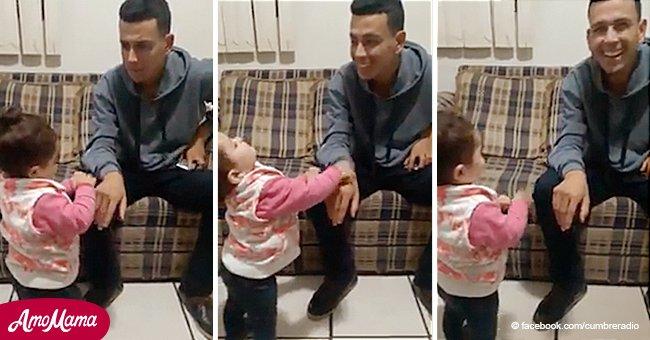 Eine Zweijährige benutzt Gebärdensprache, um mit ihrem tauben Vater zu sprechen