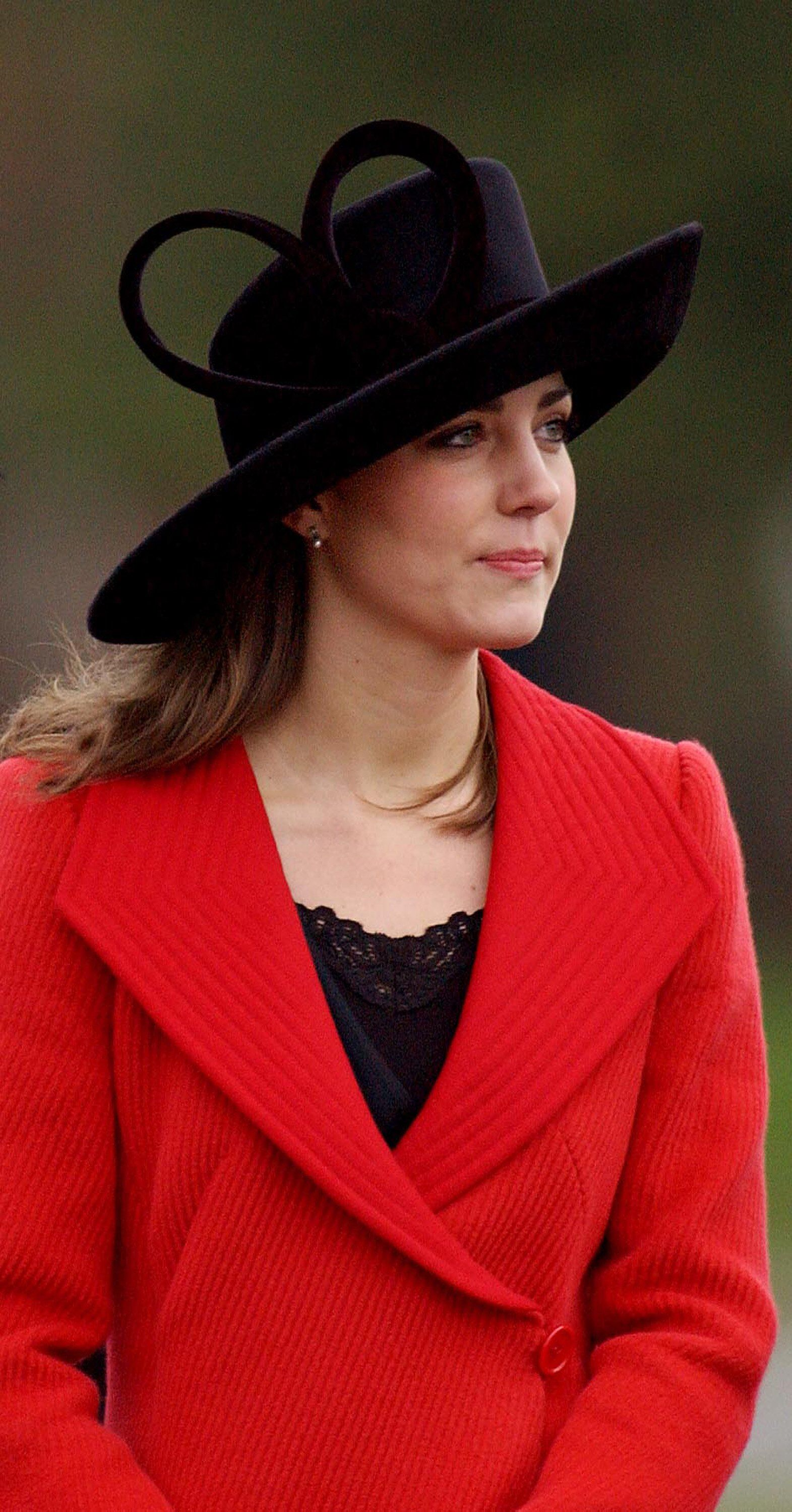 Kate Middleton avec un manteau rouge | Photo : Getty Images
